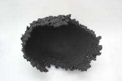 Coiffe grande boucles noires.