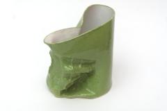 Pichet vert de terre cuite émaillée.