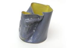Pichet bleu et jaune de terre cuite émaillée.