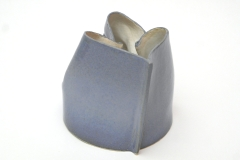 Pichet bleu pour gaucher de terre cuite émaillée.