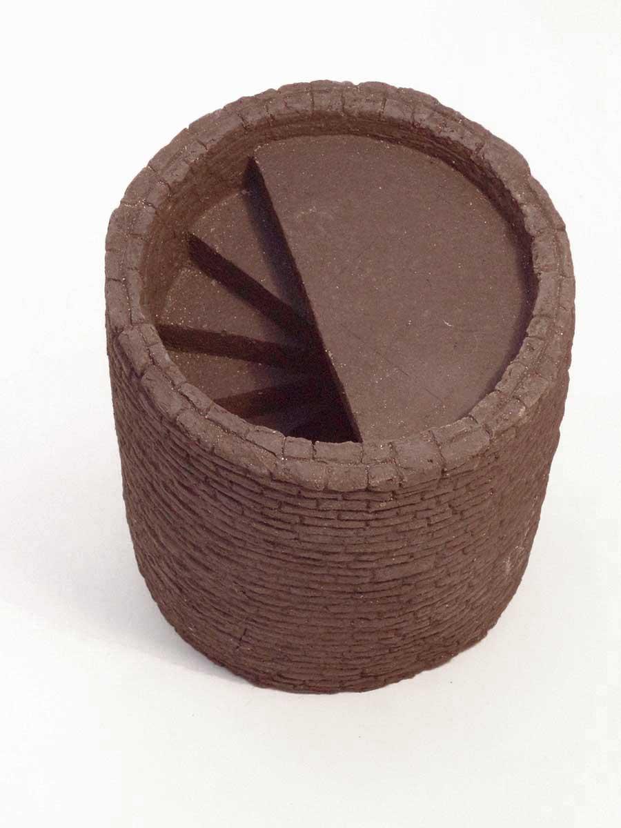 Escalier en colimaçon dans une tour. Terre cuite chamotte nue.Cette pièce à été conçue pour être posée sur socle, où être maçonnée dans un mur de manière à n'en voir que l'escalier qui s'enfonce.